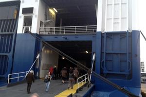 Επιτέθηκε με σφυρί σε επιβάτη πλοίου