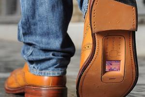 Μετέτρεψαν παλιά κινητά τηλέφωνα σε... παπούτσια