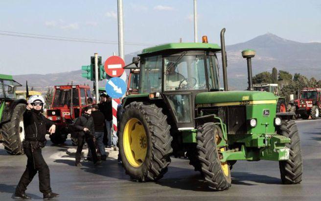 «Ζεσταίνουν» τα τρακτέρ οι αγρότες, την Τετάρτη θα βγουν στα Τέμπη