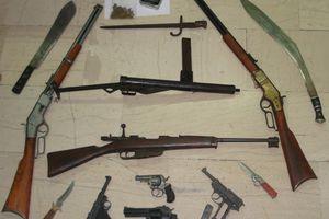 Πιστόλια, μαχαίρια, τουφέκια στην κατοχή 70χρονου