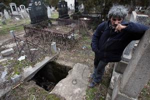 Άστεγος Σέρβος μετακόμισε μέσα σε... τάφο!