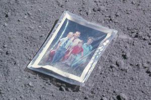 Μια οικογένεια στην επιφάνεια της Σελήνης