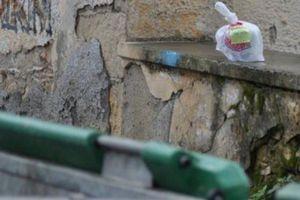 Αφήνουν φαγητό για τους άπορους δίπλα στα σκουπίδια