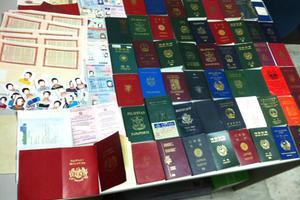 Κύκλωμα που έφτιαχνε πλαστά διαβατήρια εξαρθρώθηκε σε Πάτρα και Αθήνα