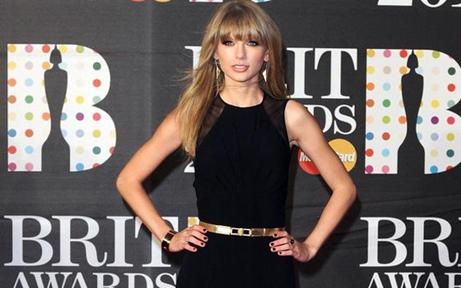 Total Black Taylor Swift στα μουσικά βραβεία