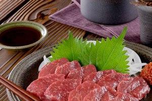 Τρώγοντας κρέας αλόγου