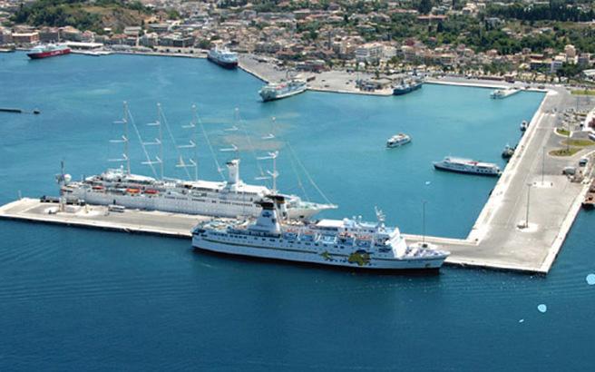 Το πλοίο της Ειρήνης στον Πειραιά
