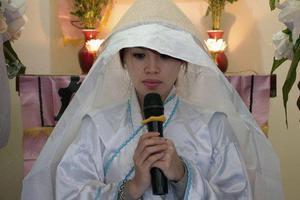 Πληρώνεται για να θρηνεί στις κηδείες
