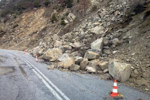 Κατολισθήσεις έκλεισαν την παλαιά εθνική οδό Πατρών - Κορίνθου