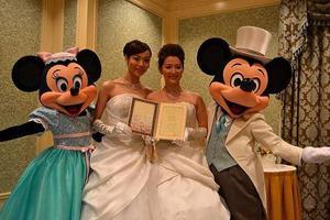Ο πρώτος γάμος ομοφυλόφιλων στη Ντίσνεϊλαντ του Τόκιο