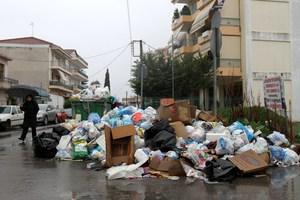 Παραμένουν ένα μήνα τα σκουπίδια στους δρόμους της Τρίπολης