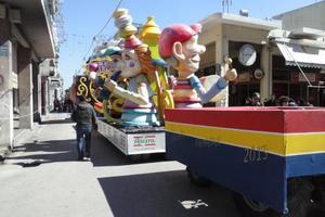 Έτοιμοι για την παρέλαση οι καρναβαλιστές στην Πάτρα