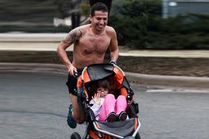 Καρκινοπαθής κέρδισε μαραθώνιο σπρώχνοντας την κόρη του σε καρότσι