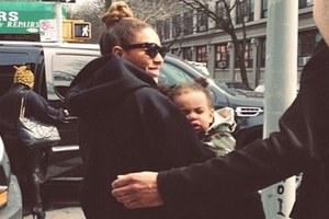 Αγκαλιά με την κόρη της η Beyonce