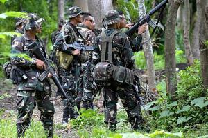 Αιματηρές μάχες με οργάνωση τζιχαντιστών μέσα στη ζούγκλα στις Φιλιππίνες