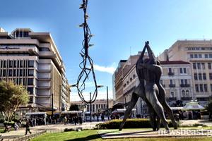 Παραμένουν τα λαμπάκια από τις γιορτές στην Αθήνα