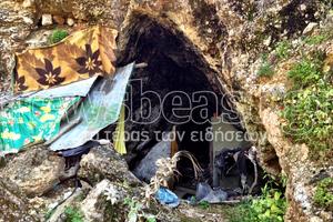 Ζουν μέσα στις σπηλιές στου Φιλοπάππου