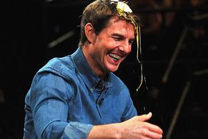 Ο Tom Cruise σπάει αυγά στο κεφάλι του
