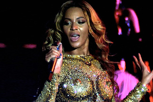Με ψεύτικο στήθος στη σκηνή η Beyonce