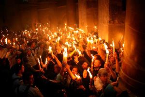Τα μυστήρια που περιβάλλουν την αφή του Αγίου Φωτός