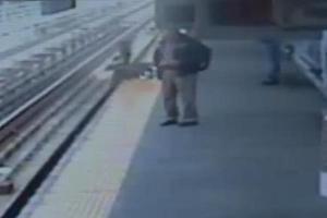 Βρέφος μέσα σε καρότσι έπεσε σε γραμμές τρένου