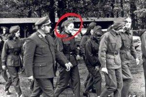 Η νεαρή Άνγκελα με στολή πολιτοφύλακα