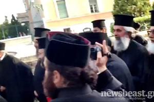 Έξω από τη Βουλή ιερείς των μητροπόλεων Αιγιαλείας και Καλαβρύτων