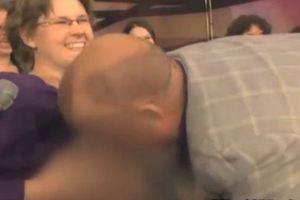 Παρουσιαστής πίνει γάλα από το στήθος μιας γυναίκας!