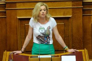 «Να μου απαντήσουν εάν το dress code της Βουλής δεν επιτρέπει τα πουλιά»