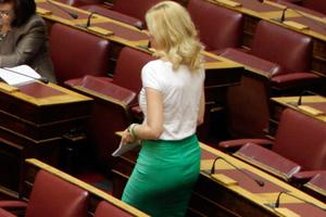Τα «άκουσε» η Ραχήλ Μακρή για το ντύσιμό της στη Βουλή