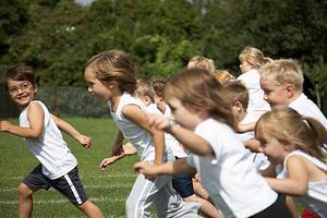 Τα παιδιά ρίχνονται στο στίβο του αθλητισμού
