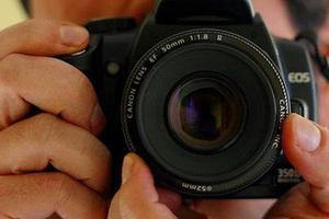 Κάμερα τραβά φωτογραφίες στο σκοτάδι