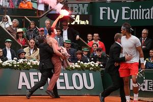 Ημίγυμνος διαδηλωτής στον τελικό του Ρολάν Γκαρός