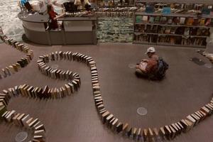 Εντυπωσιακό ντόμινο με βιβλία στο Σιάτλ