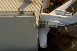 Αεροπλάνο καρφώθηκε σε υπόστεγο
