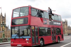 Ένας... αιωρούμενος επιβάτης λεωφορείου στη Βρετανία!