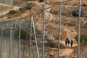 Μετανάστες όρμησαν στο μεθοριακό φράχτη στο Μαρόκο
