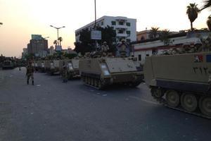 Τοποθετούν συρματοπλέγματα γύρω από στρατόπεδο που βρίσκεται ο Μόρσι