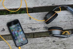 Πρωτότυπο σετ ακουστικών «φορτίζει» κινητά τηλέφωνα