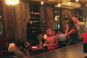 Τόπλες σε εστιατόριο της Νέας Υόρκης!