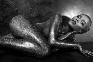 Η Beyonce γυμνή και καλυμμένη μόνο με γκλίτερ