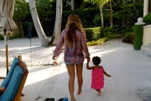 Σε εξωτική παραλία με την κόρη της η Beyonce