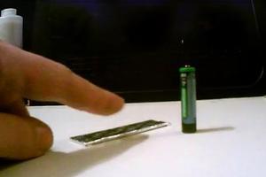 Τι συμβαίνει όταν περιτύλιγμα τσίχλας «συναντήσει» μία μπαταρία
