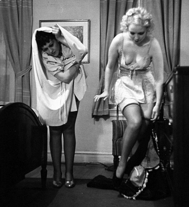 Женщина раздевается прямо перед мужем  Фото голых девушек