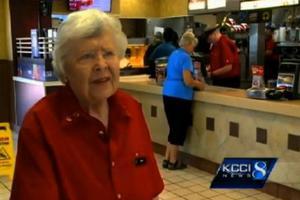 Είναι 92 ετών και εργάζεται σε φαστ φουντ