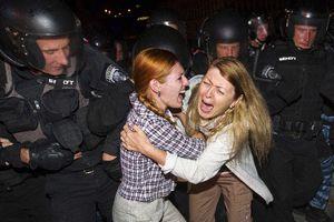 Παρέμβαση των ειδικών δυνάμεων σε συγκέντρωση διαμαρτυρίας στο Κίεβο