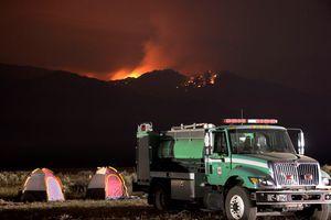 Τεράστια πυρκαγιά απειλεί σπίτια στο Palm Springs της Καλιφόρνια