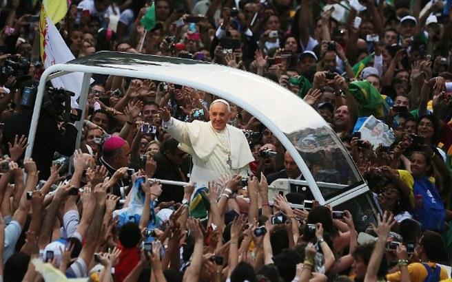 Υποδοχή ροκ σταρ στον Πάπα Φραγκίσκο στη Βραζιλία