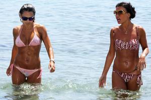 Δύο «κολλητές» στην παραλία