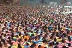 Όταν λέμε μια πισίνα έχει κόσμο, εννοούμε αυτό!
